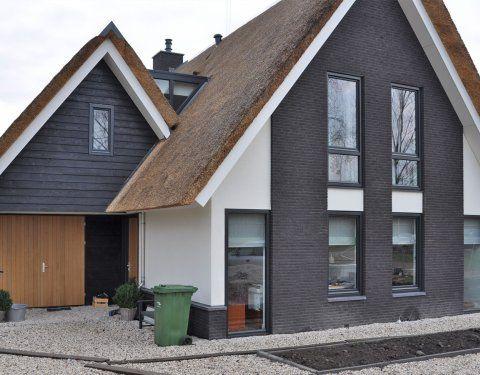 Een modern landelijke woning in Rotterdam. Een fantastisch ontwerp met riet, stenen en stucwerk. Benieuwd naar de mogelijkheden, Bongers Architecten BNA.