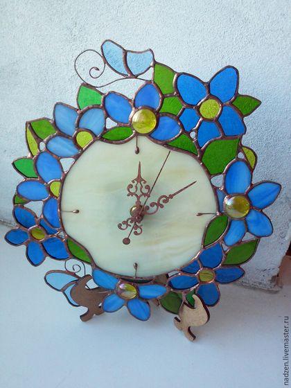 Купить или заказать Витражные часы Синие Цветы в интернет-магазине на Ярмарке Мастеров. Часы из цветного стекла в технике Тиффани. Голубые и синие цветы. размер 22 с…