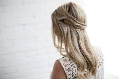 Cheveux à demi-détachés