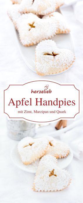 Leckere Apfel Handpies - Ein Rezept für Fingerfood auf dem Kuchentisch. Diese kleinen Kuchen werden mit Zimt, Marzipan und Quark zubereitet.
