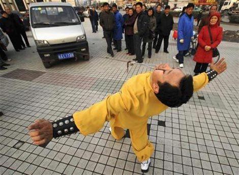 Dövüş sanatları meraklısı bir adam göz kapakları ile bir aracı çekerken...