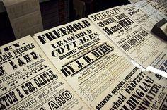 Os cartazes de rua do sec. XIX tinham grandes variedades de tipografias bold, essencialmente verticais e hierarquizadas.