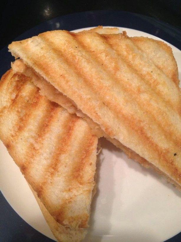 Appeltosti zoals mijn oma hem al maakte. Eenvoudig en nog gezond ook want je hoeft er geen suiker aan toe te voegen. Zelfs boter kan je weglaten. Bijna nog lekkerder dan appeltaart.