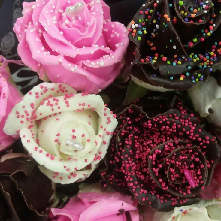 """Φυσικά τριαντάφυλλα με επικάλυψη σοκολάτας.Για τους αγαπημένους σας,για όλες τις περιστάσεις! """"Ευχές με πεταλούδες"""" Σεϊζάνη 3 Ν.Ιωνία Αττικης Τηλέφωνο για διαθεσιμότητα:211 4014023"""