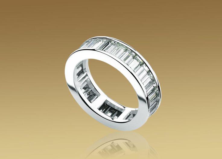 Bague en gage d'amour éternel en or blanc 18 ct sertie de diamants taille baguette.