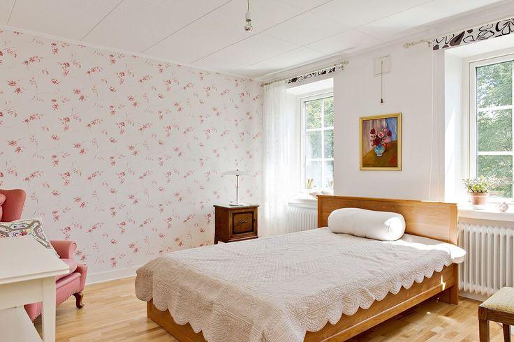 Romantiskt sovrum ovanvåning. Järnvägsgatan 29 - Bjurfors    Fåtölj matchar tapeten
