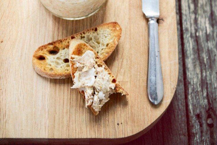 Rillettes (soms ook welrilette genoemd), is een heerlijk grove mousse van vlees, perfect voor op toast. Meestalgemaakt van gesudderd varkensvlees, maar in Frankrijk ook vaak van eenden- of ganzenvlees, of zelfs van konijn of vis. Zelf maken is een stuk makkelijker (en leuker!) dan je denkt. Wij leggen je in dit artikel uit hoe je …