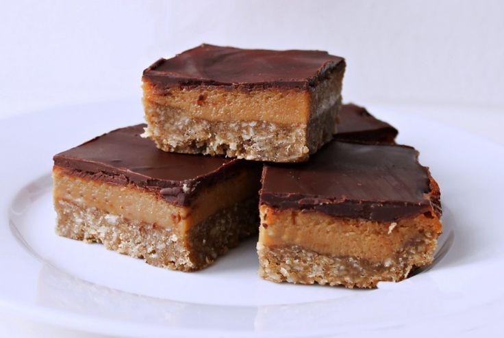 """Opskrift på karamel """"slices"""" - en new zealandsk karamelkage med kondenseret mælk, chokolade og kokos. Jeg advarer på forhånd - de er stærkt vanedannende!"""