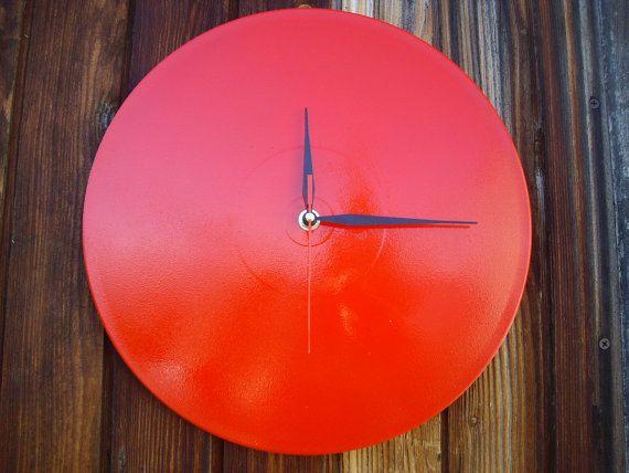 Orologio moderno da parete colore rosso adatto per ogni tipo di arredamento realizzato, quarzo di precisione