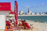 France, Seine-Maritime (76), Sainte-Adresse, cabane de plage dédiée à l'opération Lire à la plage mettant en libre service des livres et des transats avec au fond le clocher de l'église Saint-Joseph
