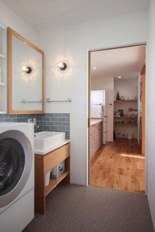 キッチン、パントリー、洗面室、お風呂が一直線に並ぶ間取りは、家事ラクの工夫のひとつ。