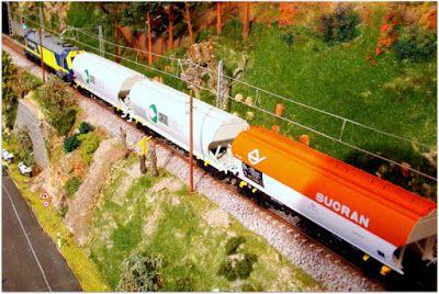 Continental Rail 333 y tolvas de cereales. Escala H0.  Imágenes de un transporte de cereales realizado por la empresa privada Continental Rail.