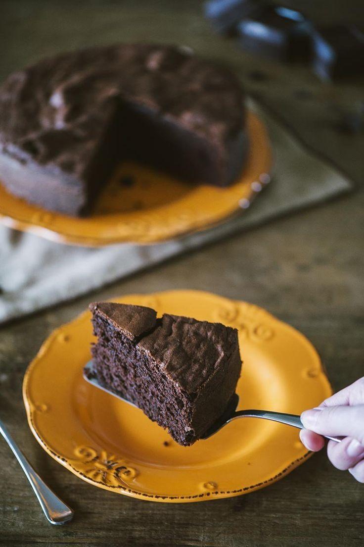 Ci sono momenti in cui l'unica cosa che serve è una fetta di torta al cioccolato! Sei d'accordo con me? Ecco la mia ricetta, da decenni uguale
