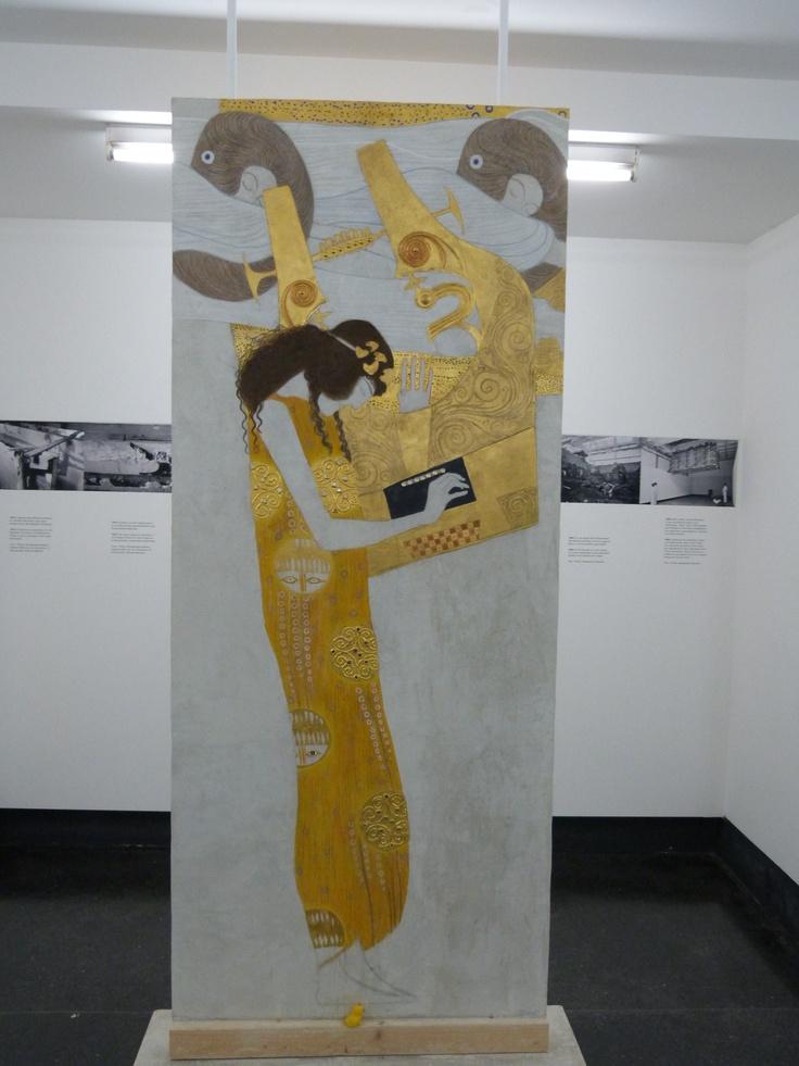 Hier seht Ihr mich mit der 'Poesie' von Klimt. Eine Nachbildung, Im Beethovenfries selbst darf man nicht fotografieren.