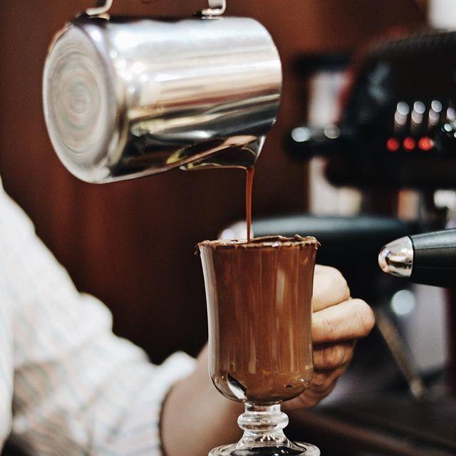 A dica desta quarta-feira é o Café Gianduia exclusivo da Cia. Mineira de Chocolates! Nosso delicioso espresso com creme de avelã ao leite (Nutella). Hum, deu água na boca! ☕️ #CoffeeTime #CiaMineiradeChocolates #CafécomNutella #Gianduia