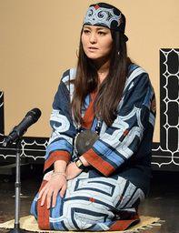 人形劇文化フェスタで、アイヌ語で昔語りを披露する山本エカシの孫の山本りえさん