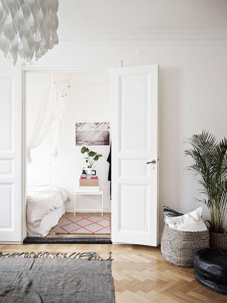 Apartamento pequeño nórdico de 53 metros²: el dormitorio es muy pequeño y se accede a él a través del living mediante una puerta doble