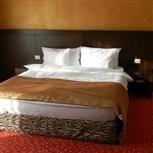 La proiectul Clermont, un hotel de patru stele din Covasna, specialistii Perpetuum au participat la amenajarea camerelor, salilor de conferinta si a holului hotelului incepand de la turnarea de  sapa autonivelanta, pana la detalii gen mocheta, strat de confort Underlay, perdele, draperii, sisteme de montaj pentru aranjamentele de perdele si draperii, lenjerii de pat din bumbac satinat si percale, traverse pentru pat si prosoape de 600 gr/mp personalizate prin broderie.