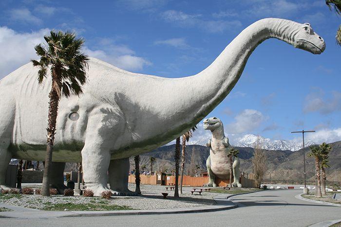 Сувенирные магазины в форме динозавров в Кабазоне, США