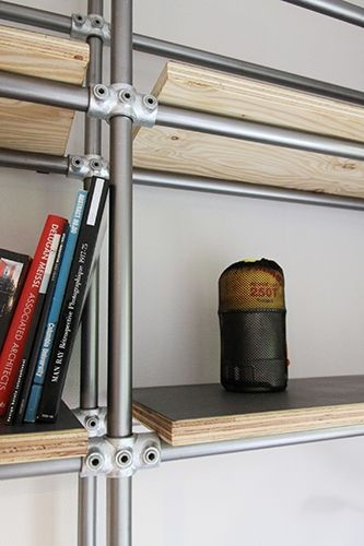 <p>単管パイプもジョイント(クランプ)もホームセンターで入手可能。今にも真似できそうな、DIY心をくすぐるシェルフ