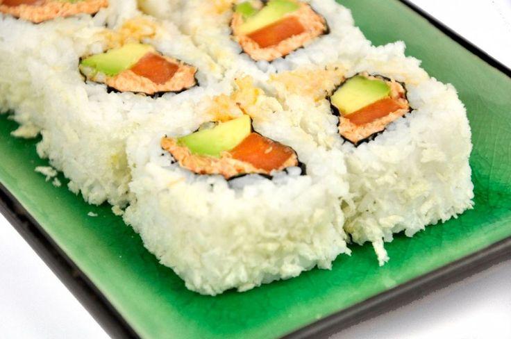 Deze Spicy sushi is gevuld met winterpeen, die we op twee verschillende manieren hebben klaargemaakt. De sushi is lekker pittig door de Sriracha, romig door de avocado, zoet door de wortel en een beetje krokant door de buitenkant van breadcrumbs. Ook voor niet-vegetariërs een fantastische sushi. Deze Spicy carrot sushi zorgt weer eens voor wat variatie en is te maken met 'makkelijke' ingrediënten. [...]
