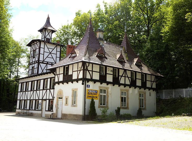 """Szczawno Zdrój - """"Bukowy Dworek"""" (odrestaurowany budynek byłej Remizy Strażackiej z 1901 roku, położony w zacisznym Parku Szwedzkim)."""