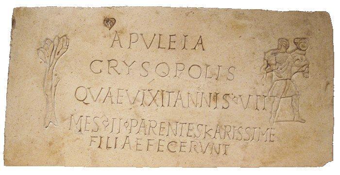 Ergens in de eindeloze gangen van de Catacomben van San Callisto werd Apuleia begraven. Links van het opschrift staat een levensboom, rechts de Goede Herder. Het verdriet van haar ouders was immens.  APVLEIA CRYSOPOLIS QVAE VIXIT ANNIS VII MES II PARENTES KARISSIME FILIAE FECERVNT  Apuleia Crysopolis Zij leefde zeven jaar en twee maanden. Haar ouders lieten het voor hun liefste dochter maken.