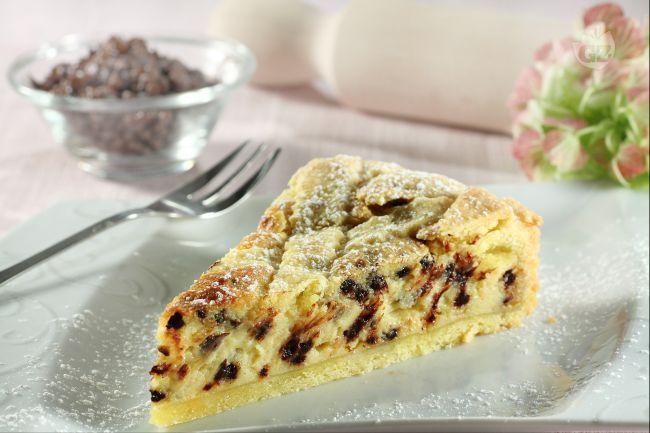 La crostata con mascarpone e gocce di cioccolato è un dolce semplicemente delizioso e cremoso, una golosa variante della più tradizionale crostata .