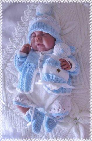 По ссылке много вариантов вязанных комплектов для новорожденных