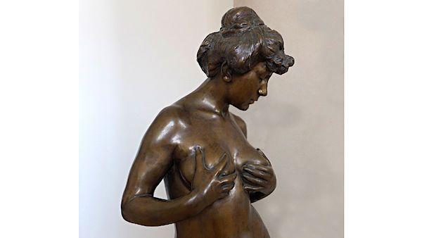 Erotická provokativnost se stala jedním z výrazů neklidné figury. Dívka držící si prsy sochaře Jana Štursy