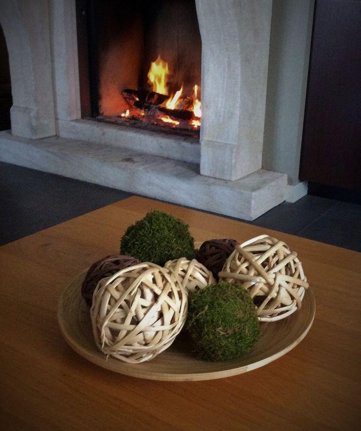 Mosbollen met decoratiebollen op houten schaal. Mosbollen en houten schalen verkrijgbaar op webshop www.decoratietakken.nl
