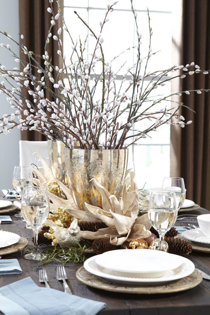 arrangement de saule de chat en vase argenté, cônes de pin et feuilles décoratives en tant que déco de table pour Noël