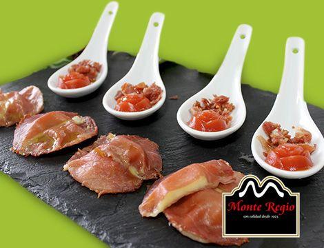 ¿Un aperitivo diferente y original? Tabla de jamón ibérico #MonteRegio, queso y tomate natural :)