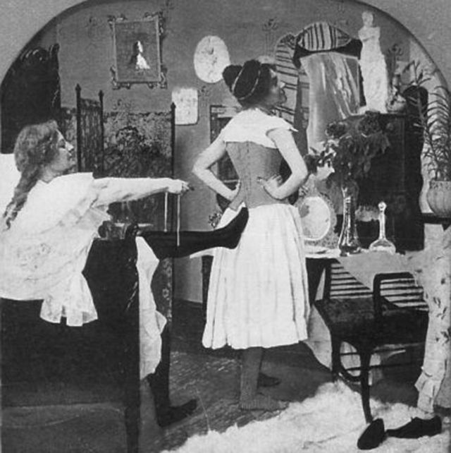 These vintage pictures show that long-lasting tradition of lacing one's corsets with a foot in the back. #history