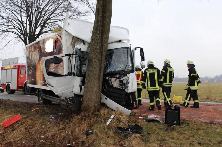 Bei einem Verkehrsunfall auf der stark befahrenen L 114 zwischen Estorf und Elm wurde heute gegen 11.30 Uhr der Fahrer eines 7,5 t Lastkraftwagen verletzt. Nach ersten Untersuchungen erlitt der Fahrer zum Glück wohl nur Schürf- und Schnittwunden.   ##estorf #Aufräumarbeiten #Elm #feuerwehr #Gräpel #L 114 #leichtverletzt #LKW #Oldendorf #polizei #Straßenbaum #Unfall