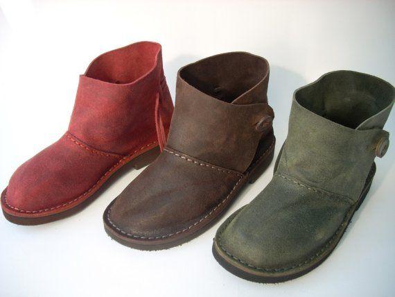 Estas botas son una nueva creación de Stefano. Resbalón ons regulable por un botón de funcionamiento y una correa que empareja que envuelve la parte trasera de la bota y puede ser apretada o aflojada por consiguiente alrededor del tobillo. Estas botas son hechas de gamuza cepillada que es un cuero con textura ligeramente, no liso. Estos zapatos tienen un ajuste muy particular. No es necesario abrir el botón para poner en sin embargo el cuero dos cierres ajustables tendrán que apretarse…