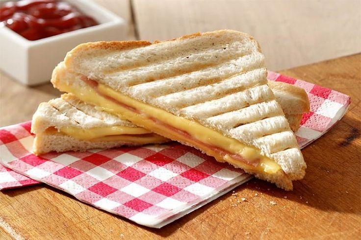 Slanke tosti (ingrediënten: brood, magere smeerkaas, kipfilet en kruiden) (@ Lekker & Simpel)