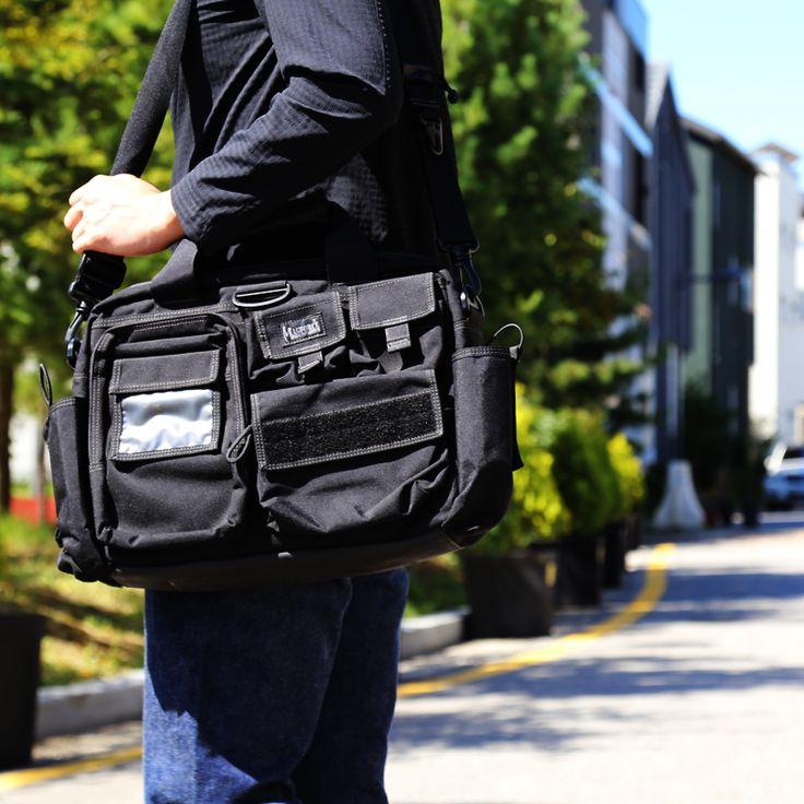 맥포스의 CSI라는 제품라인은 일상생활에 가장 적합한 오피스 가방입니다. 이 가방은 CSI라인에 있는 3종류의 제품 중 CSI뉴욕이라는 오피스백입니다. 일반 서류가방 사이즈로 단정한 인상이지만 맥포스 특유의 남성다움이 담겨있습니다. 15인치 노트북 수납이 되는 것은 물론 다양한 수납공간은 CSI뉴욕의 강점입니다.  맥포스의 CSI뉴욕의 상세한 정보를 확인해보세요.  http://www.magforcekorea.com  #맥포스코리아 #맥포스 #오피스백 #magforcekorea #magforce #officebag #bag