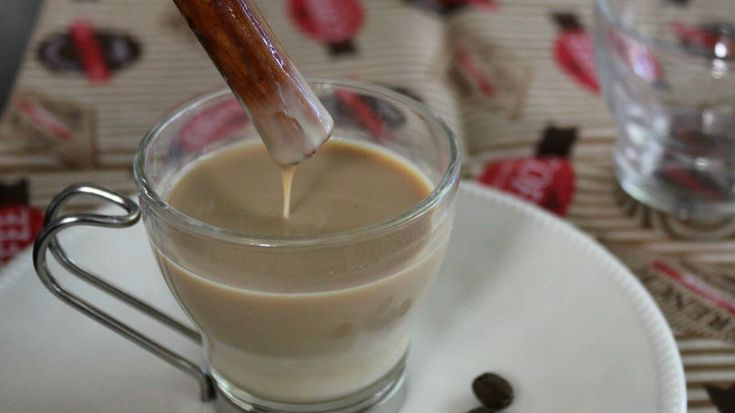 Mi mamá es una gran fanática del café, sobre todo de los lattes.  Ella suele desayunar con una taza de latte todos los días, y luego vuelve a repetir la dosis durante la sobremesa. Mi hermana quiso un día que su cafecito tuviera un toque aún más personal. Combinó un poco de leche en polvo con leche condensada y lo endulzó con una pizca de canela. El resultado gustó tanto que la bebida pasó a ser considerada un postre. Y en los días de calor, suelen prepararla fría con unos cubos de hielo…