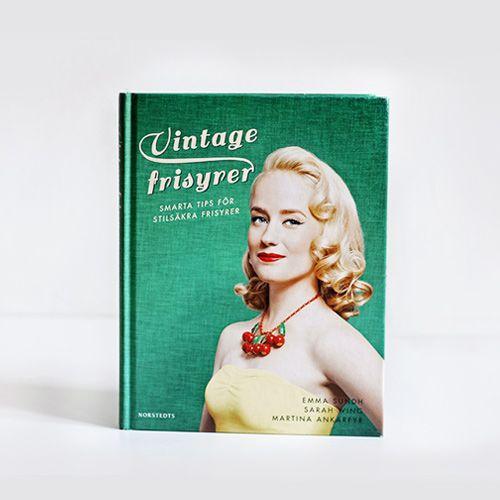 Äntligen är den här! En bok på svenska om hur du fixar fina – och enkla – vintagefrisyrer! Har du alltid undrat hur stjärnorna från förr gjorde sina eleganta frisyrer? Har du drömt om Veronica Lakes Hollywood-svall eller Marilyn Monroes lekfulla lockar? Hur du gör de där uppsättningarna som ger dig expressbiljett till blickfånget på cocktailfesten? Vintagefrisyrer är boken för dig som vill lära dig allt om tidernas bästa accessoar, frisyren. Boken innehåller massor av frisyrer, från loopar…