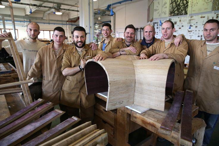 Ragazzi della falegnameria al lavoro per il Progetto Barrique