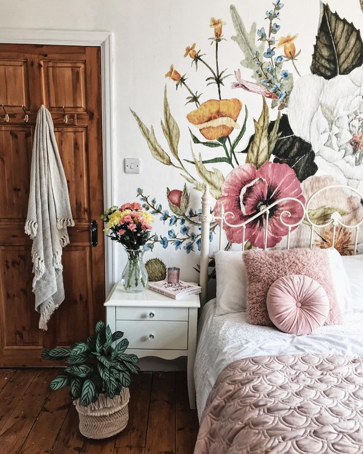 A Beautiful Floral Wallpaper Mural In The Bedroom With Pink Accents And Plants Very Boho Chic Mela Romantic Bedroom Decor Floral Bedroom Romantic Home Decor