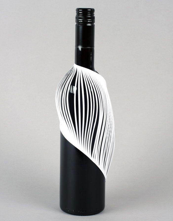 Des étudiants en Design doivent créer une étiquette de bouteille de vin à partir d'une simple feuille de papier. Résultats étonnants.
