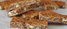 Tegenwoordig liggen er zoveel koekjes en repen in de winkel. Ze zien er uit alsof ze gezond zijn maar zitten vaak bomvol suiker of vet. Dit recept is een leuke manier om zelf tussendoortjes te maken zonder onbekende toevoegingen of te veel suiker. Je hebt een staafmixer of keukenmachine nodig om de dadels en abrikozen fijn te hakken. Mijn tip: Gebruik plakkerige dadels, bijvoorbeeld de zachte verse dadels van AH.De noten in het recept kun je zelf kiezen, ik gebruikte hazel- en pecannoten…