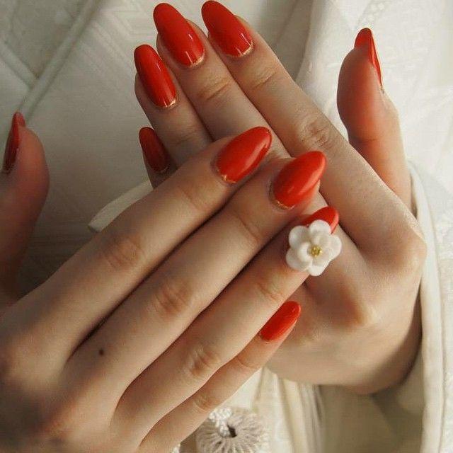 朱色の単色塗りに白い3Dフラワーがお洒落すぎる…♡ 赤い花嫁衣装に合うネイルまとめ。ウェディングドレス・カラードレス・色打掛に合うネイル一覧。