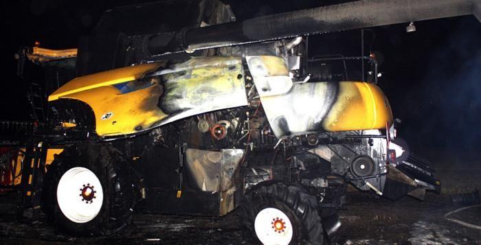 K požáru kombajnu vyjížděli profesionální i dobrovolní hasiči