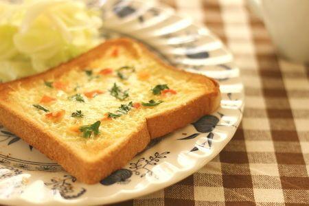 チーズトーストにトマトの塩漬け調味料 「そるとまと」をのっけてみました。  アンチョビのような感じで味のアクセントになります。ピザなどにもどうぞ!