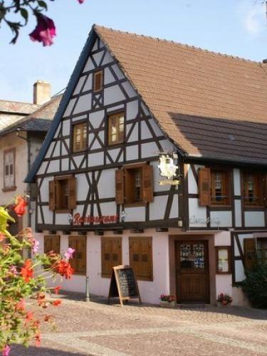 Oberbronn: Façade à colombages d'un restaurant - France-Voyage.com