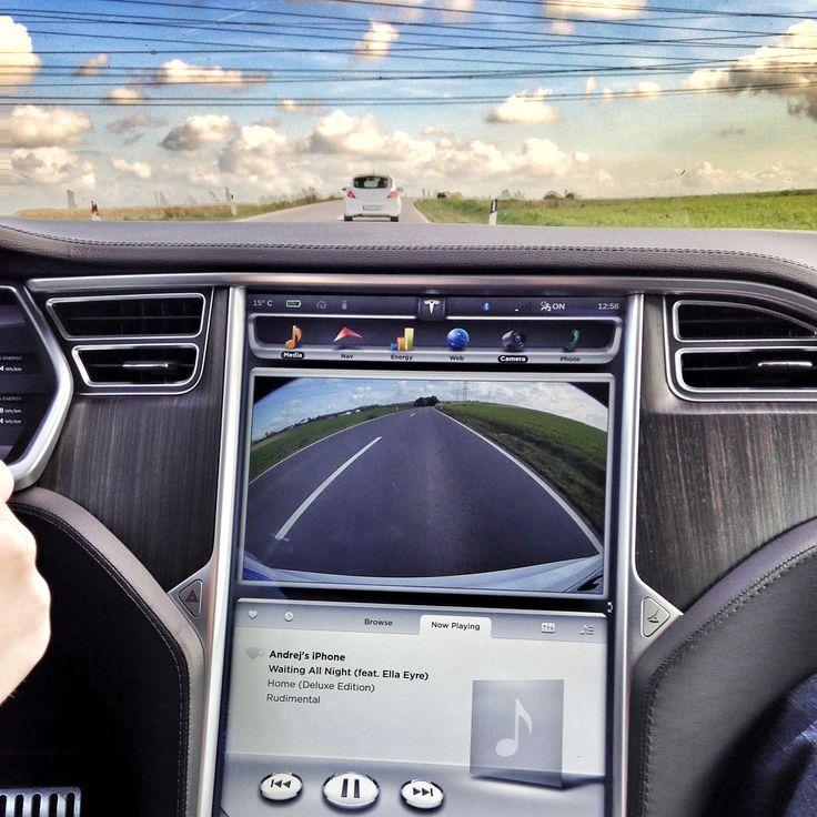 Ich bin immer noch davon überzeug das Teslas Auto Betriebssystem von Apple stammt! Und falls nicht von Ihnen dann doch sehr stark durch diese inspiriert! Meine bessere Hälfte nennt diese Autos noch immer fahrende iPads! Aber das Design des Interfaces hat sich doch auch über die letzten Jahre verändert (Man betrachte das zweite Bild)! Im großen und ganzen ist es aber immer das selbe wie auch bei Apple! Es ist nicht wie ein Windows Betriebssystem dass man nach dem Upgrade erst mal verzweifelt…