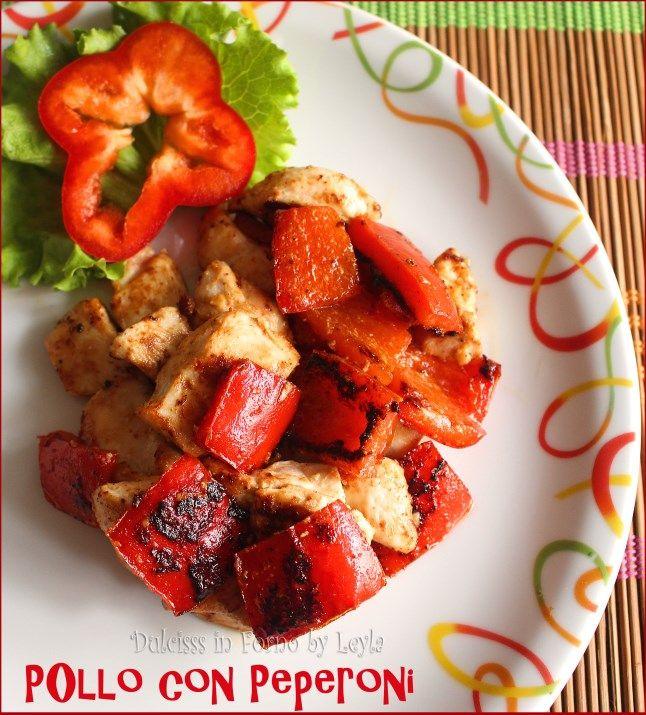 Pollo con peperoni rossi: un secondo piatto molto facile, leggero e sfizioso. Sono dei bocconcini di pollo gustosi, cotti in padella, con peperoni arrostiti